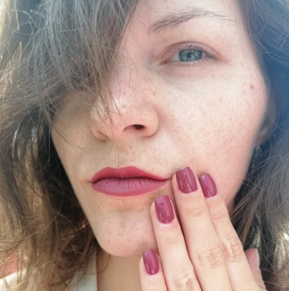 najljubše-2019-laki-za-nohte-essence-this-is-me-nail-polish-lipstick-collection-04-crazy