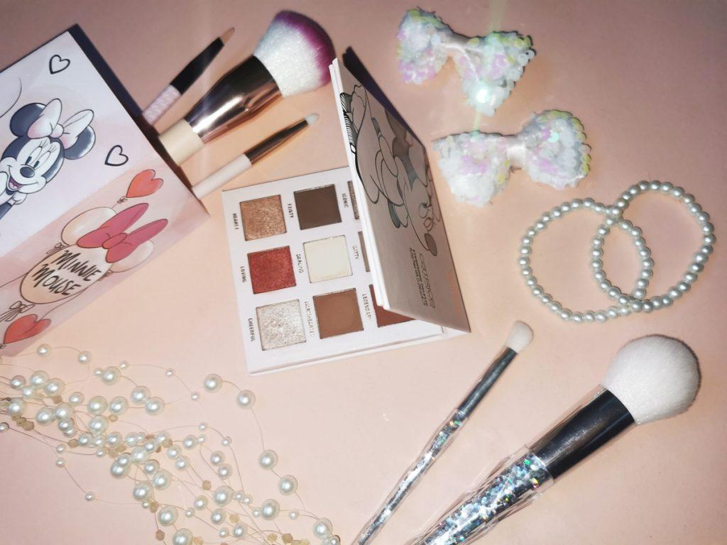 catrice-disney-minnie-daisy-omejena-kolekcija-minnies-signature-paleta-senčil-za-oči